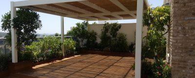 פרגולה לבנה בגינת גג מעוצבת