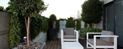גינת גג בעיצוב משולב עם אדניות וצמחייה חיה