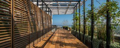 התאמת גינת הגג לצרכי הלקוח - שולחן ארוך וצמחייה