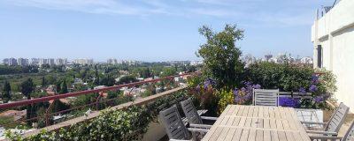 פינת אוכל בגינת מרפסת בתל אביב