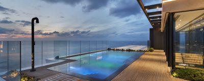 עיצוב מרפסת עם גינה ירוקה, בריכת שחייה ופינות ישיבה