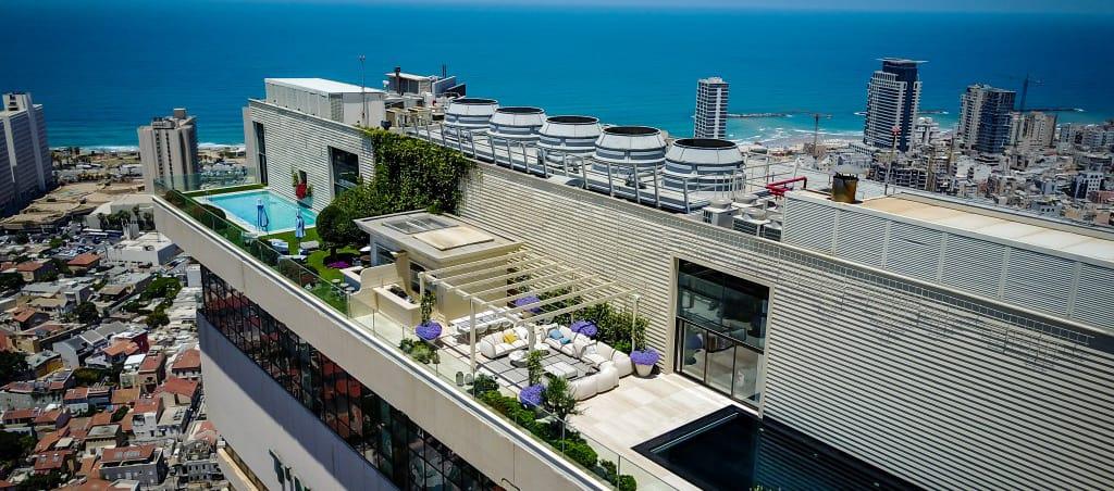עיצוב גג משרדים עם בריכה צמחים ופינות ישיבה