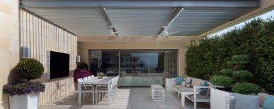גינת גג ענקית עם גדר חיה, עציצים, פינת ישיבה, פינת אוכל וטלויזיה