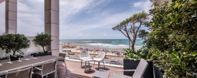 גינה מעוצבת במרפסת של מסעדה עם תצפית לים