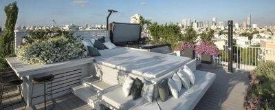 מערכת ישיבה מפנקת ופינת בר עם כיסאות על הגג
