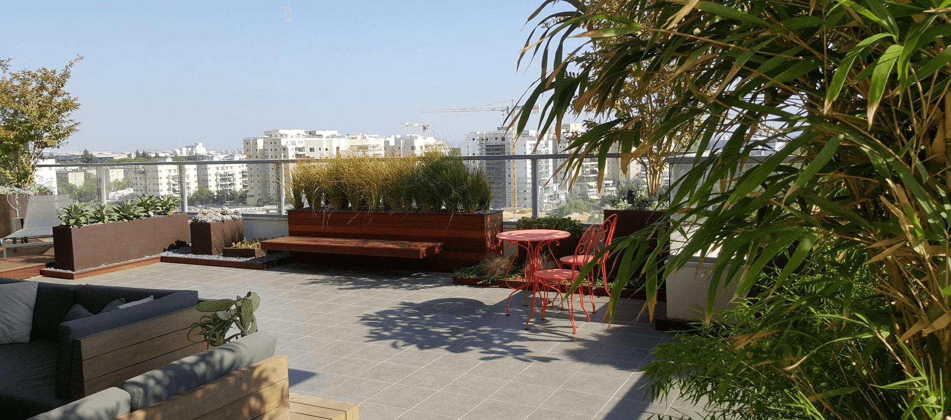 גינה במרפסת הבייתית