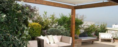 פרגולה בהירה בגינת גג מעוצבת