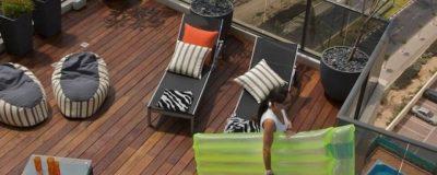 מיטות שיזוף בגינת גג עם בריכה