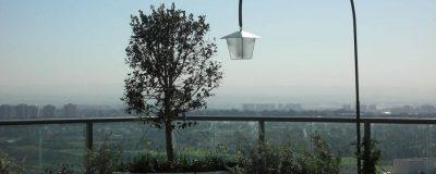 אלמנטים של אור וטבע על המרפסת באמצע רמת גן