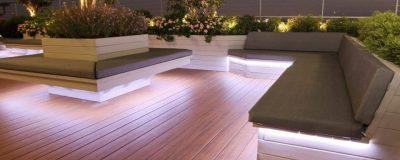 גינת גג ענקית עם תאורה לילית והמון צמחים