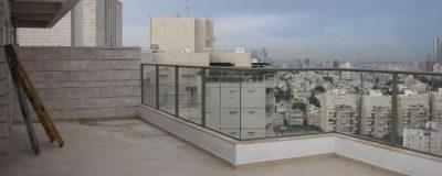 מרפסת רגילה ולא מאובזרת בבניין בעיר