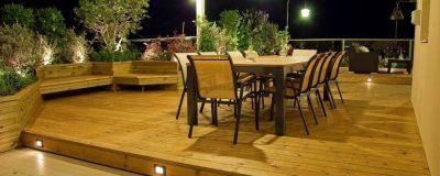 סיום עיצוב גינת מרפסת עם ריצפה מוגבהת ותאורה צמודת רצפה