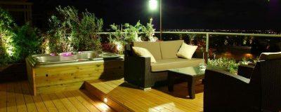 גינת מרפסת בשילוב ג'קוזי, צמחייה ופינת ישיבה