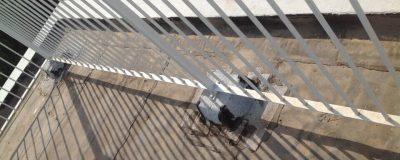 מעקה לבן על גג לפני הקמת גינה