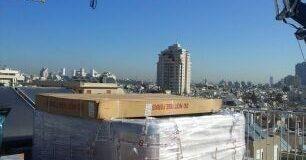 הנחת כל חומרי העבודה על גג הבניין