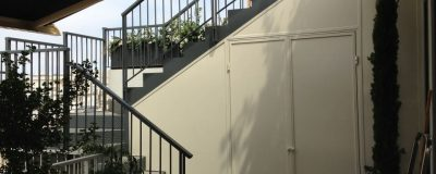 בניית גרד מדרגות נוח ובטיחותי עם שטח אחסון על הגג
