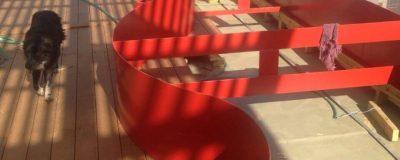 ספסל באורך 27 מטר למנוחה והרגעות בגינת הגג