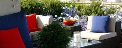 מערכת ישיבה עם כריות צבעוניות בגינת מרפסת