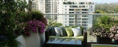 מערכת ישיבה וצמחייה מעוצבת בגינת מרפסת