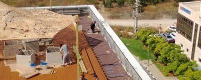 ביצוע עבודות איטום על גג בניין