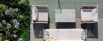 פינות ישיבה וצמחים מרהיבים במרפסת