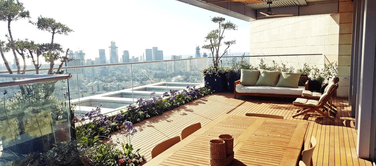 מרפסת מעוצבת בעבודת גינון עם נוף לתל אביב