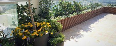 אדניות פרחים ועציצים לאורך גינת המרפסת
