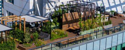 גינה עם צמחיה ופינות ישיבה על גג משרדי פייסבוק ישראל